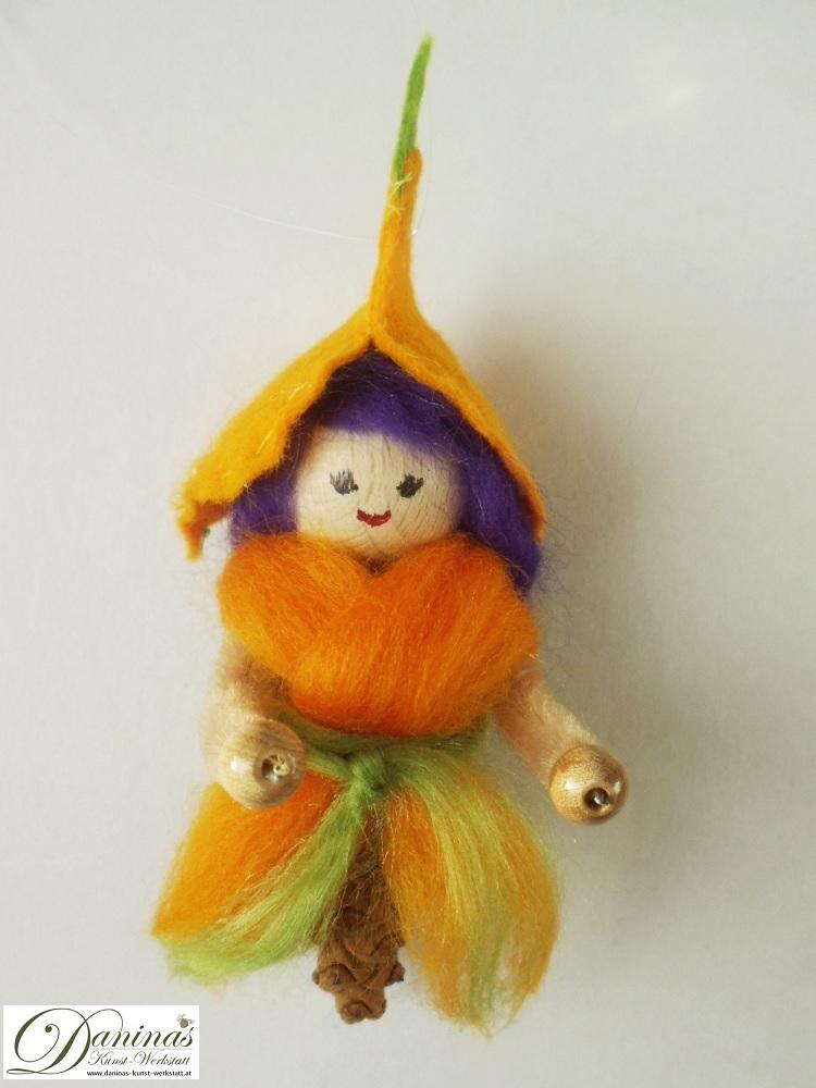 Elfe Lutea. Handgefertigte Figur aus Kiefernzapfen, Haare und Kleid aus Wolle, Hut aus Filz