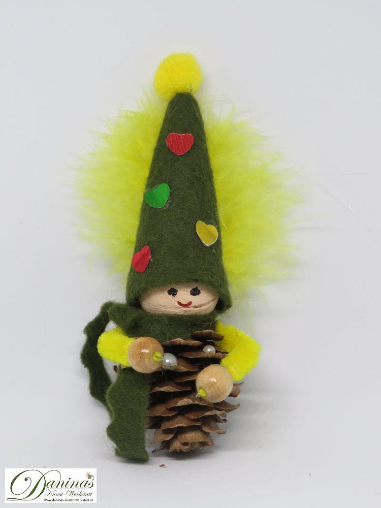 Wichtel Great Heart. Handgemachte Figur aus Lärchenzapfen, mit grünem Filz Schal und Zipfelmütze mit bunten Herzen und einer gelben Feder