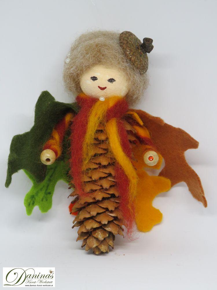 Eichenelfe Alba. Handgefertigte Figur aus Fichtenzapfen, Haare und Schal aus Wolle, Eichelhütchen, Eichenblätter-Mantel aus Filz