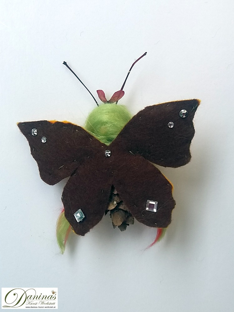 Butterfly-Elfe, Rückseite. Handgefertigte Figur aus Douglasienzapfen, Haaren aus Wolle, Ahornsamen Krone und Filz Schmetterlingsflügeln
