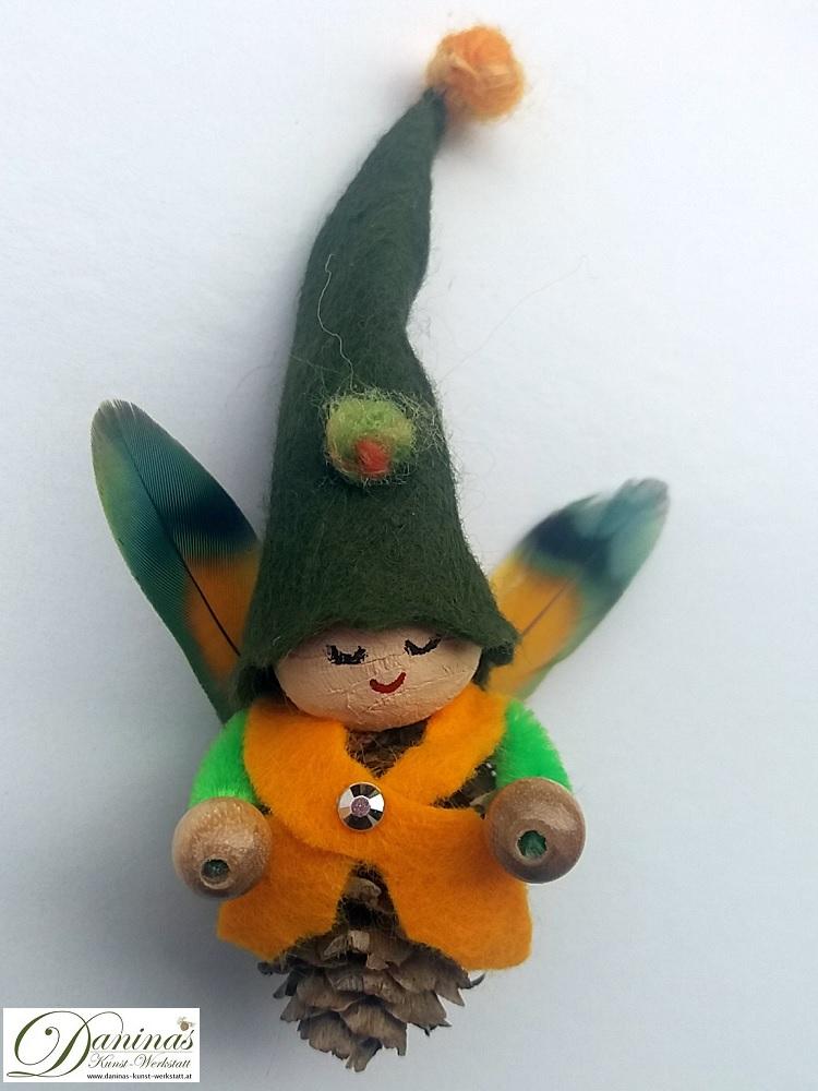 Waldelfe Willy. Handgefertigte Figur aus Lärchenzapfen mit Jäckchen und Mütze aus Filz und Federnflügeln