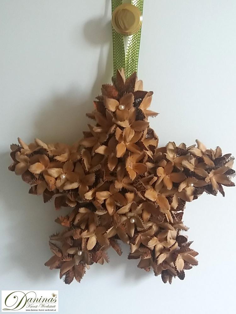 Handgefertigter Dekostern aus Bucheckern mit Perlen und Zierband. Hübsche Weihnachtsdeko.