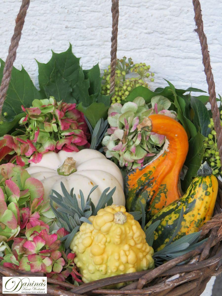 Herbstdeko Idee #2: Weidenkorb mit Kürbissen, Hortensien, Lavendel, Efeu, roten Ahornsamen und bunten Blättern