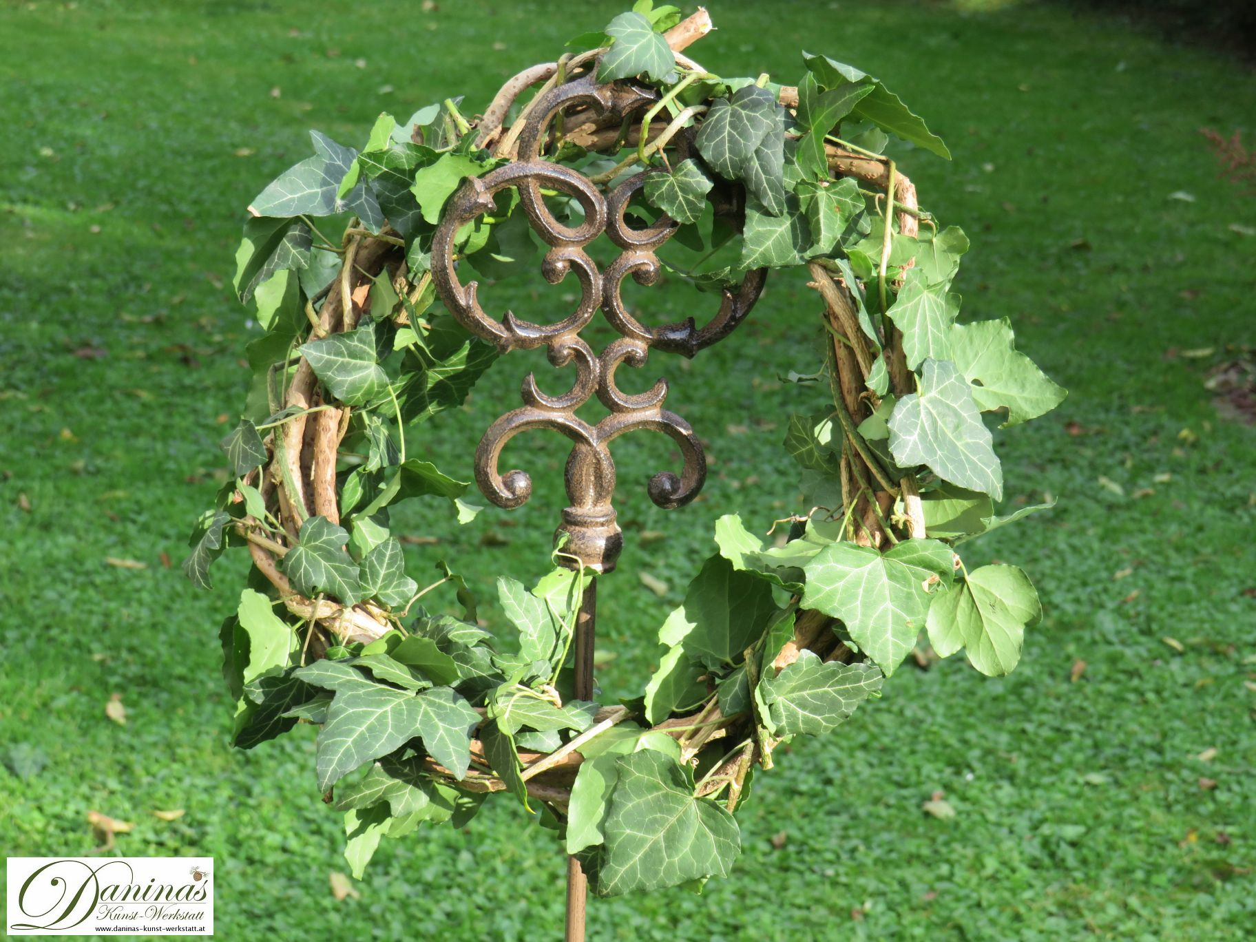 Herbstdeko für den Garten: Rebenkranz binden mit Efeuranken