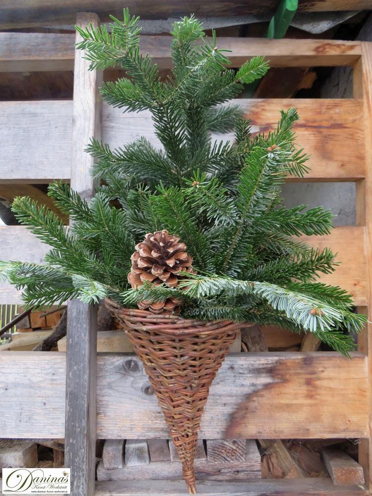 Weihnachtsdeko aussen selber machen mit Tannenzweigen und Zapfen in geflochtenem Füllhorn