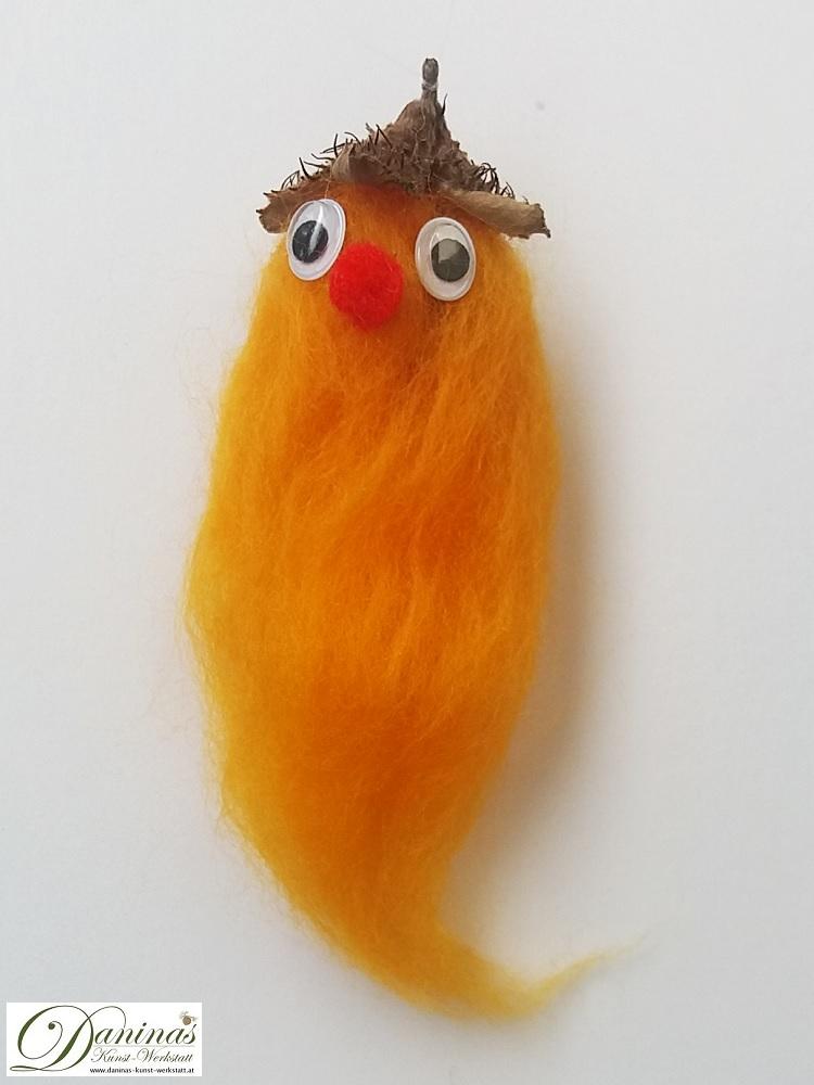 Luftgeist Zorg. Handgefertigte Figur aus oranger Wolle mit Bucheckern-Fruchtbecher Hut, roter Nase und Kulleraugen