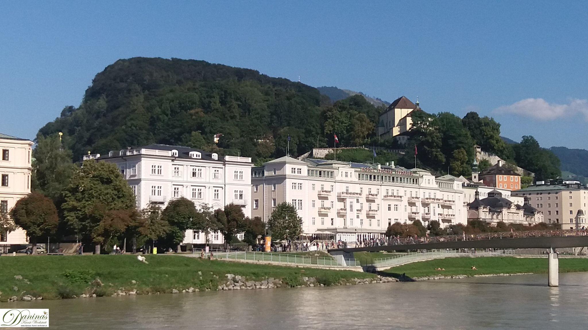 Salzburg, Kapuzinerberg am rechten Salzachufer. Im Vordergrund Hotel Sacher und Café Bazar