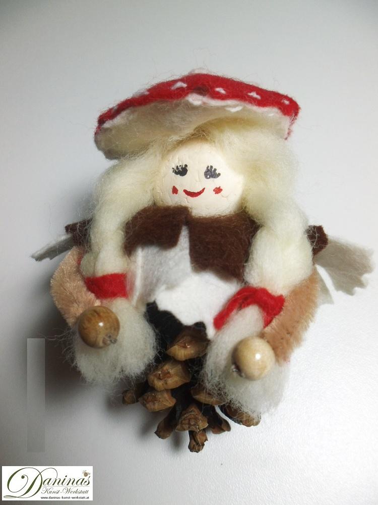 Waldelfe Frau Glückspilz. Handgefertigte Figur aus Kiefernzapfen mit dicken Zöpfen aus Wolle, Fliegenpilz Hut und Mantel aus Filz