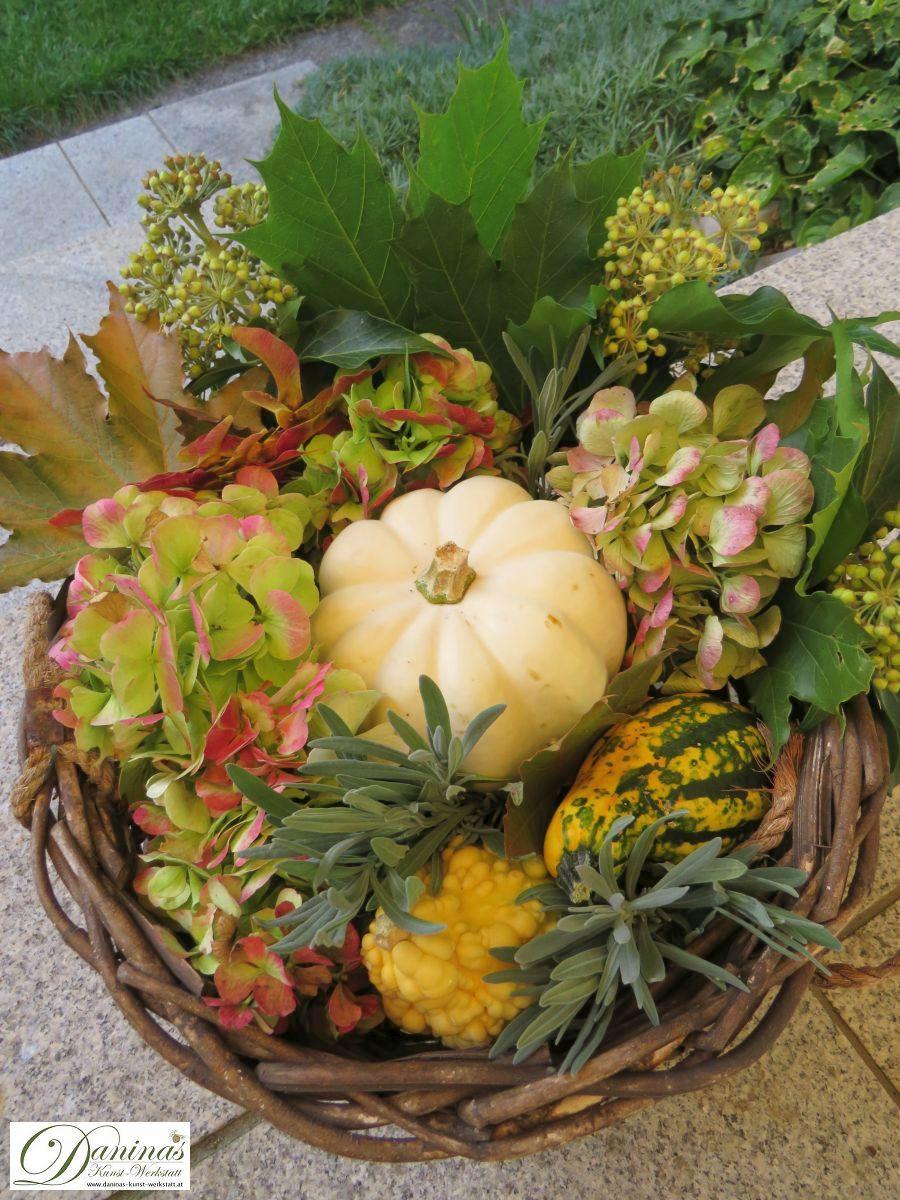 Hängeampel mit Kürbissen, Hortensienblüten, Lavendel, Ahornsamen, Efeu und bunten Blättern