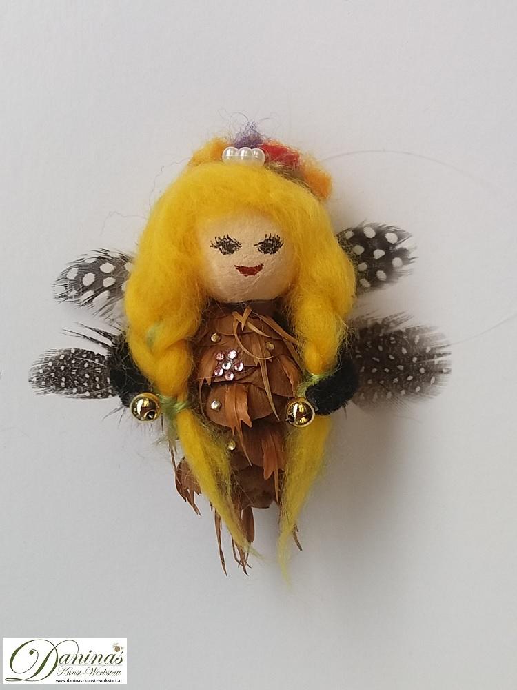 Elfe Flora. Handgefertigte Figur aus Douglasienzapfen, Haare aus Wolle, Federn Flügel