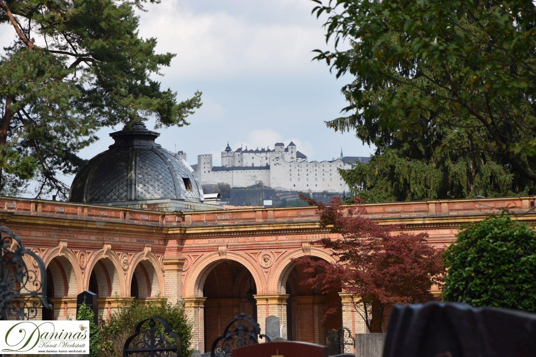 Blick zur Festung Hohensalzburg. Der Salzburger Kommunalfriedhof ist aufgrund seiner landschaftsarchitektonischen Schönheit und prächtigen Lage einzigartig und einen Besuch wert!