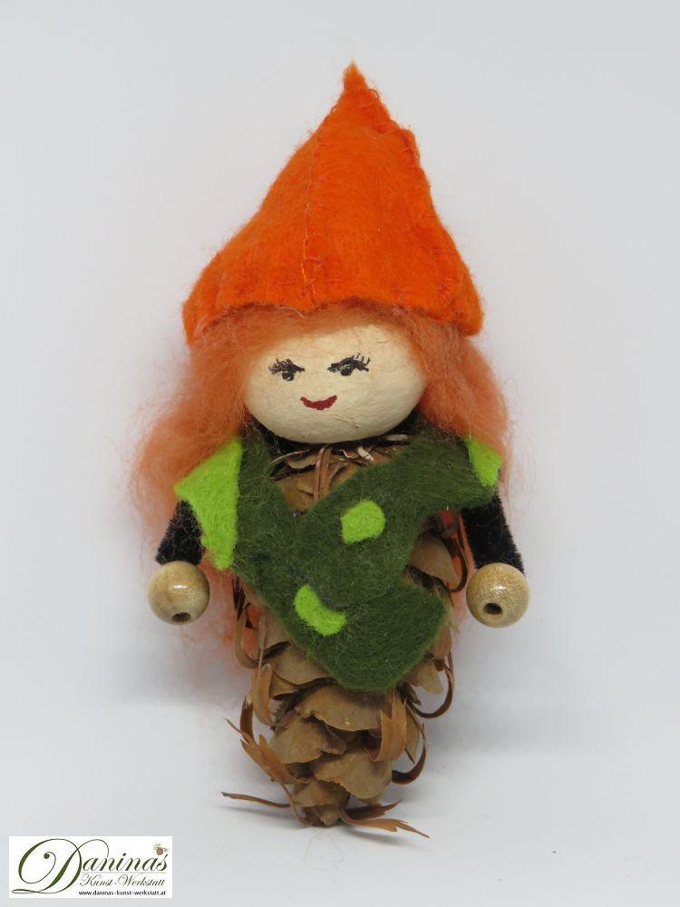 Blumenfee Physalia. Handgefertigte Figur aus Douglasienzapfen, mit orangen langen Haaren aus Wolle, einem grünen Jäckchen und einem orangen Physalishütchen aus Filz.