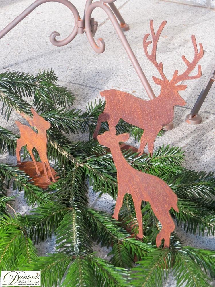 Weihnachtsdeko aussen mit Tannenzweigen und Hirschen