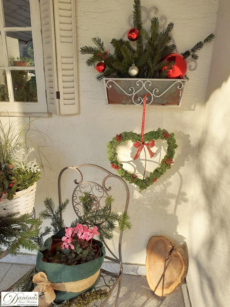 Winterdeko auf der Terrasse mit selbstgemachtem Dekoherz aus Moos und Hagebutten