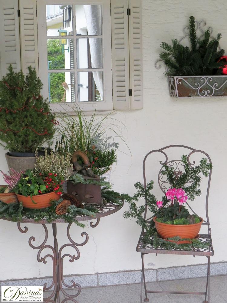 Winterdeko Idee für die Terrasse mit winterharten Pflanzen