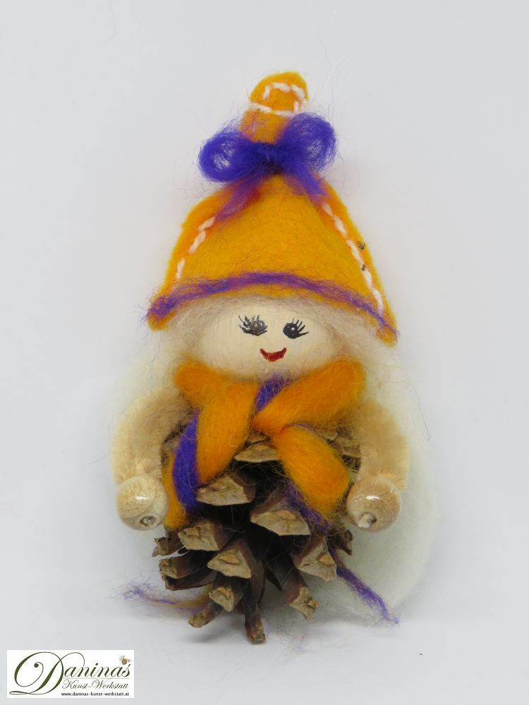 Hexe Strelitzia. Handgefertigte Figur aus Kiefernzapfen, mit weißen langen Haaren und einem orange-blauen Schal aus Wolle sowie einem orangen Filz-Hut mit blauem Band.