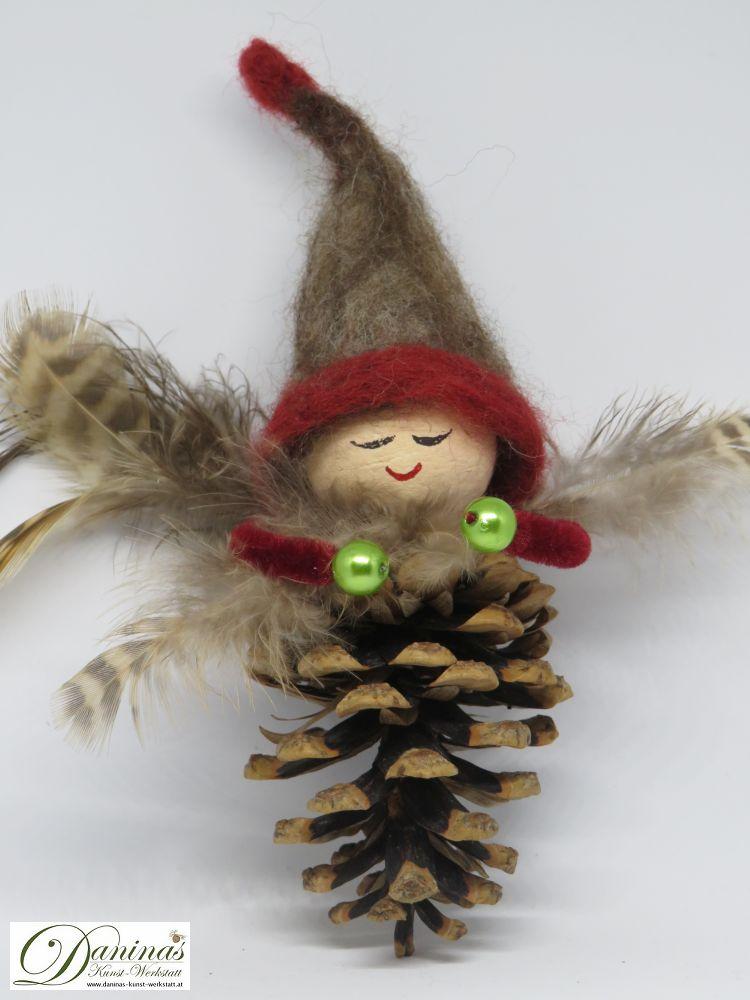 Winterelfe Mary. Handgefertigte Figur aus Kiefernzapfen mit Federnflügeln und einer aus Wolle gefilzten Mütze.