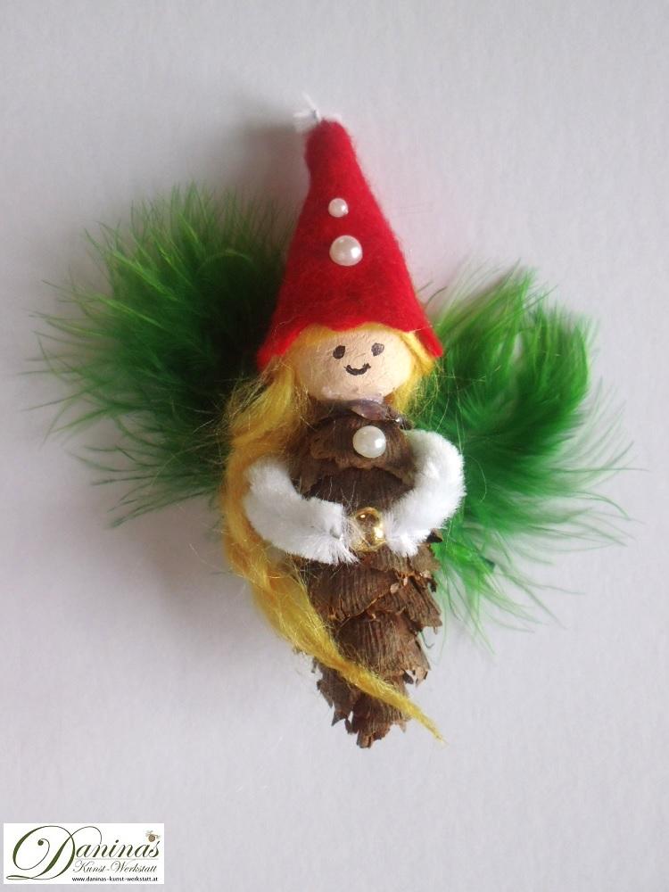 Elfe Peridot Zauberkuss. Handgefertigte Figur aus Douglasienzapfen, Haaren aus Wolle, Federn Flügel und Mütze aus Filz