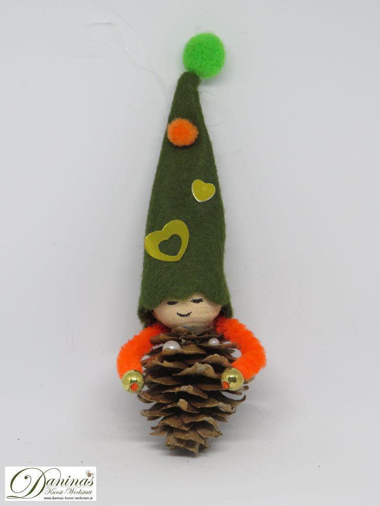 Wichtel Liebhardt. Handgefertigte Figur aus Lärchenzapfen, grüne Filz Zipfelmütze mit goldenen Herzen und orange-grünen Bommeln