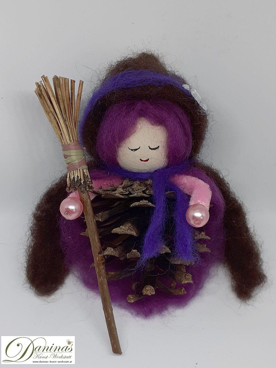 Hexe Viola. Handgefertigte Figur aus Kiefernzapfen, mit violetten langen Haaren und nadelgefilztem braunen Hexenmantel mit Kapuze aus Wolle, silberne Ziersteinen, Hexenbesen aus Kiefernnadeln