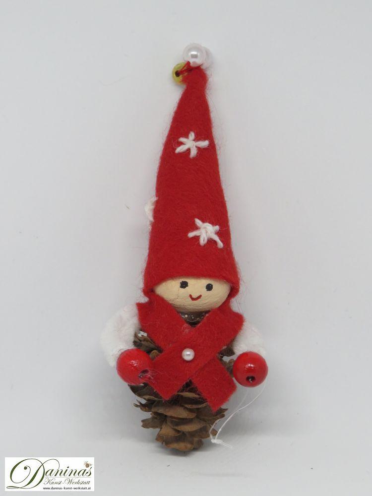 Wichtel Sternstein. Handgemachte Figur aus Lärchenzapfen, mit rotem Filz Jäckchen und Zipfelmütze mit gestickten weißen Sternen und weiß-goldenen Perlen