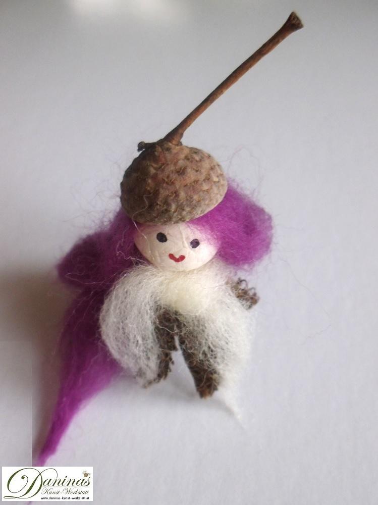 Elfe Ruby. Handgefertigte Figur aus Bucheckern (Fruchtbecher), Eichelhütchen, Haare und Schal aus Wolle