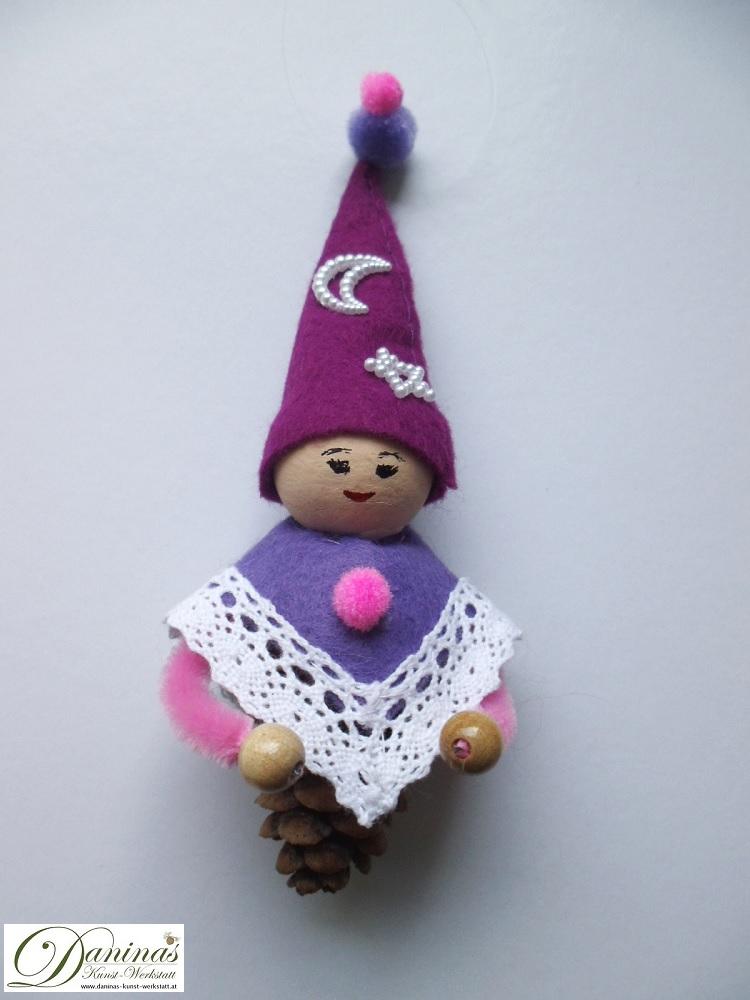 Zauberfee Fräulein Abendstern. Handgefertigte Figur aus Lärchenzapfen, mit violetter Zipfelmütze und lila Mantel aus Filz mit Spitzenbordüre und Zierperlendeko