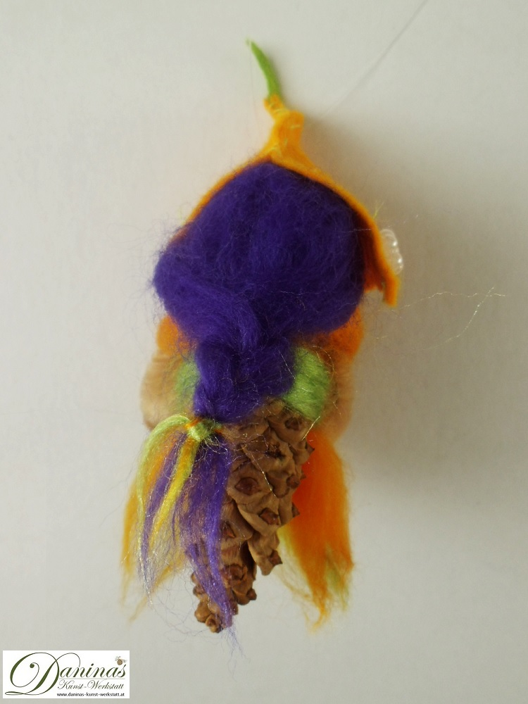 Elfe Lutea, Rückseite. Handgefertigte Figur aus Kiefernzapfen, Haare und Kleid aus Wolle, Hut aus Filz