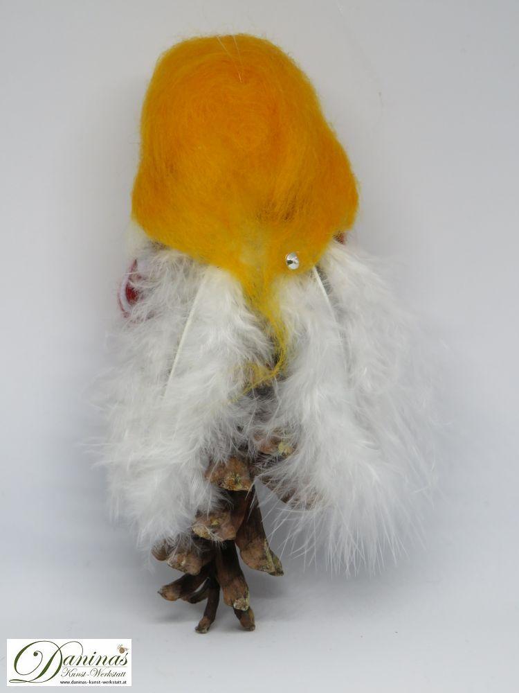 Engel Melike, Rückseite. Handgefertige Figur aus Weymouthskiefer Zapfen, mit goldenen langen Haaren und einem weißen Schal aus Wolle sowie weißen Federnflügeln