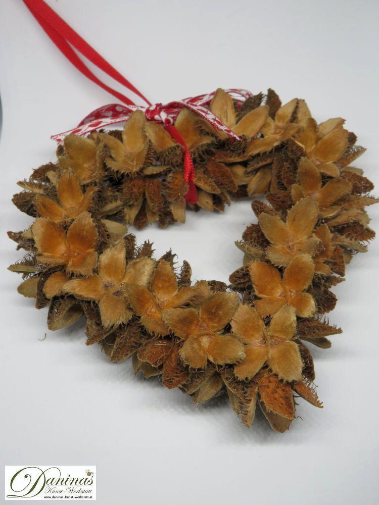 Handgefertigtes Bucheckern-Herz mit Zierschleife. Ideal als Geschenk, Herbst- oder Weihnachtsdeko.