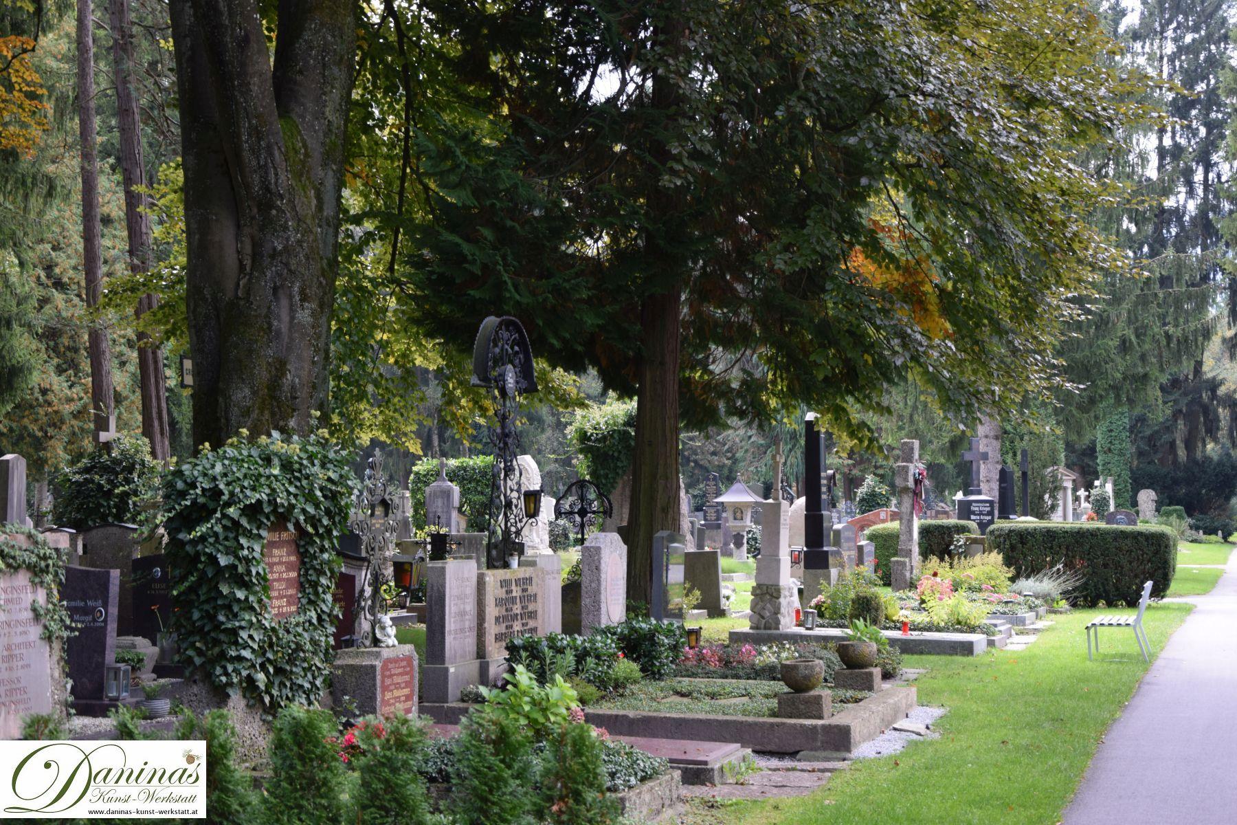 Wunderschön geschmückte Gräber und die landschaftsarchitektonische Schönheit machen den Salzburger Kommunalfriedhof einzigartig!