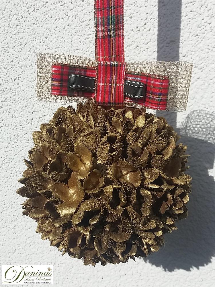 Handgefertigte Bucheckern-Kugel mit Goldlack und Karo-Schleife. Ideal als Geschenk und Weihnachtsdeko.