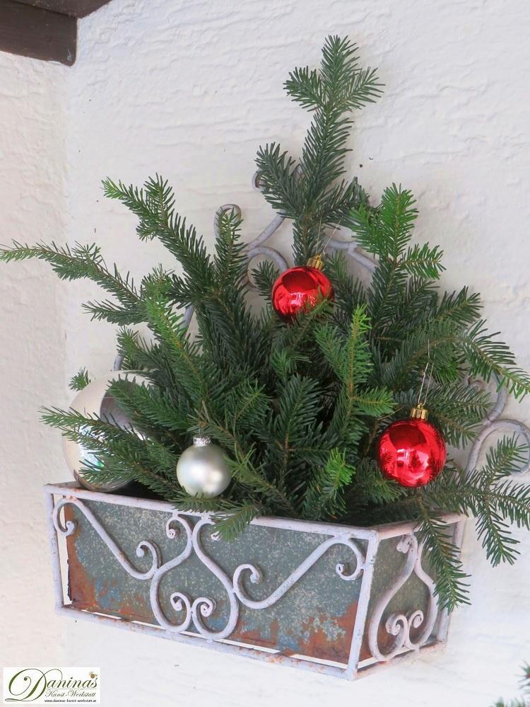 Weihnachtsdeko aussen selber machen mit Tannenzweigen und Christbaumkugeln