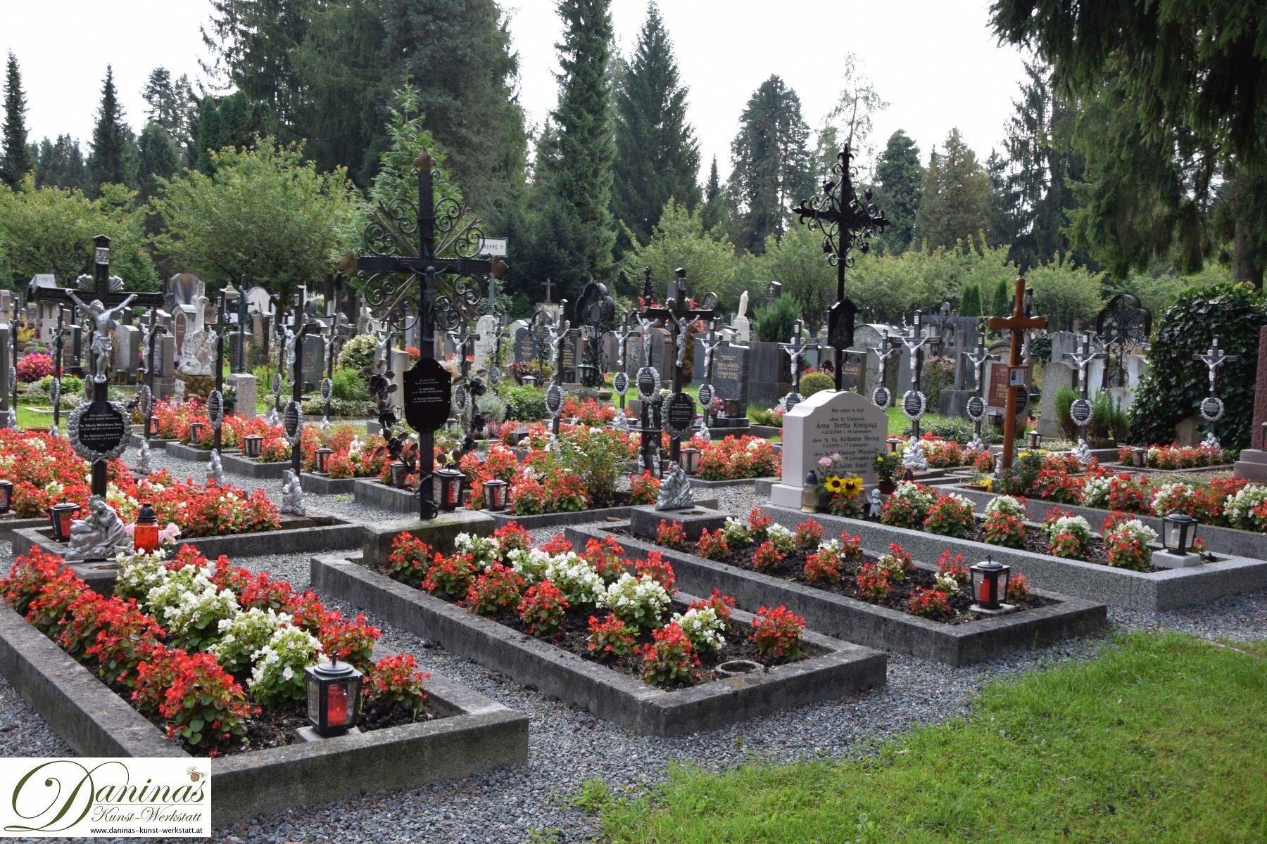 Liebevoll geschmückte Grabstätten der Klosterschwestern am Salzburger Kommunalfriedhof.