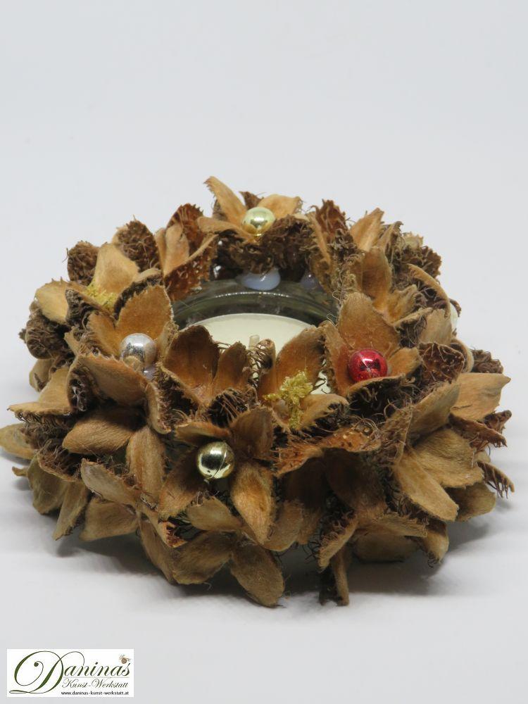 Handgefertigter Teelichthalter aus Glas mit Bucheckern und Perlen. Ideale Geschenk Idee, hübsch als Herbstdeko.