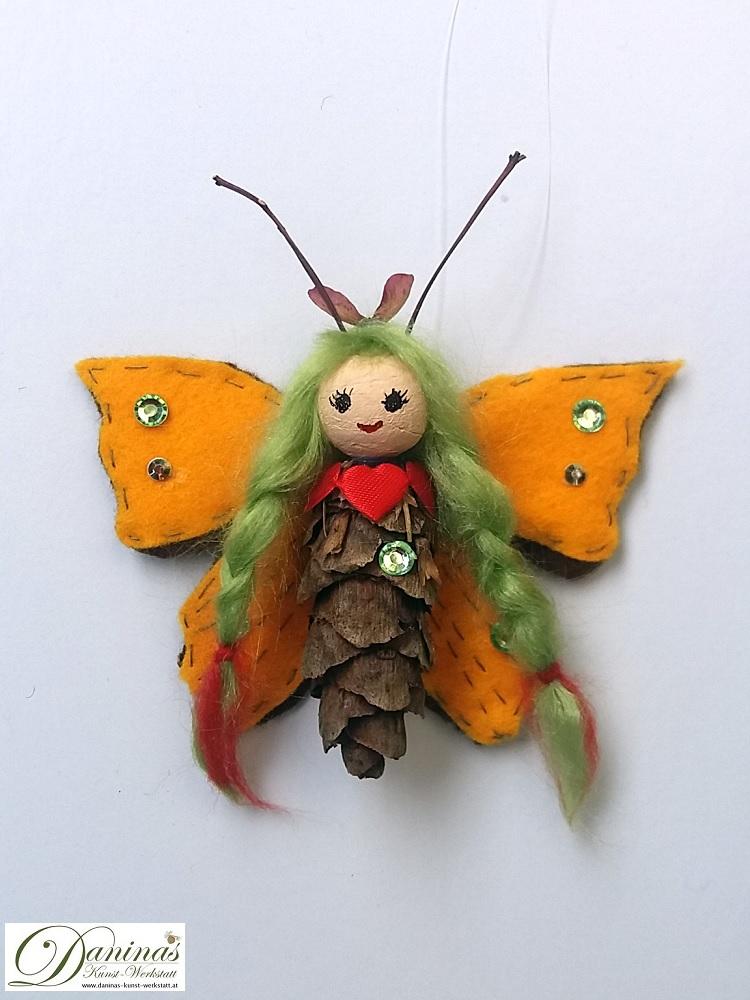 Butterfly-Elfe. Handgefertigte Figur aus Douglasienzapfen, Haaren aus Wolle, Ahornsamen Krone und Filz Schmetterlingsflügeln