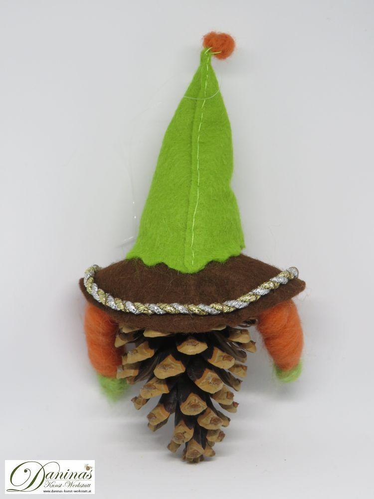 Wichtel Ehrenreich, Rückseite. Handgefertigte Figur aus Kiefernzapfen, mit brauner Jacke und grüner Mütze aus Filz sowie Accessoires aus oranger Wolle