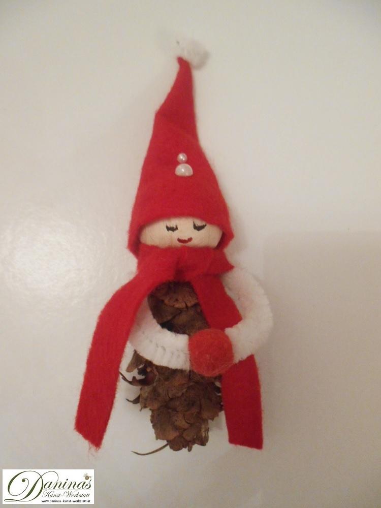 Wichtel Blasius. Handgefertigte Figur aus Douglasienzapfen, mit Schal und Zipfelmütze aus rotem Filz mit weißem Bommel