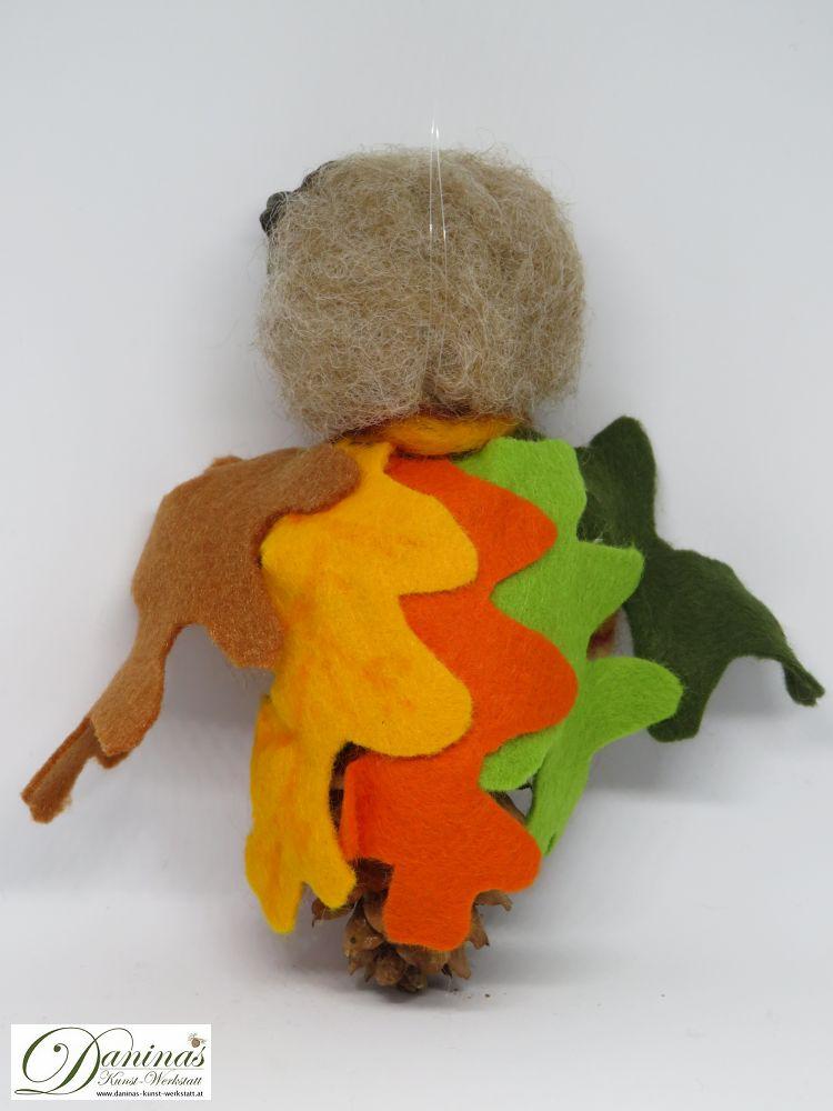 Eichenelfe Alba, Rückseite. Handgefertigte Figur aus Fichtenzapfen, Haare und Schal aus Wolle, Eichelhütchen, Eichenblätter-Mantel aus Filz