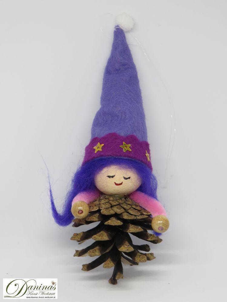 Hexe Zauberrstern. Handgefertigte Figur aus Kiefernzapfen, mit blauen langen Haaren aus Wolle, einer blau-viloletten Zipfelmütze aus Filz mit Sternen.