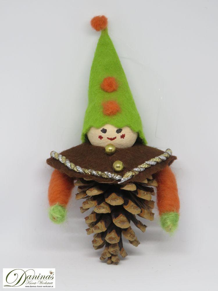 Wichtel Ehrenreich. Handgefertigte Figur aus Kiefernzapfen, mit brauner Jacke und grüner Mütze aus Filz sowie Accessoires aus oranger Wolle