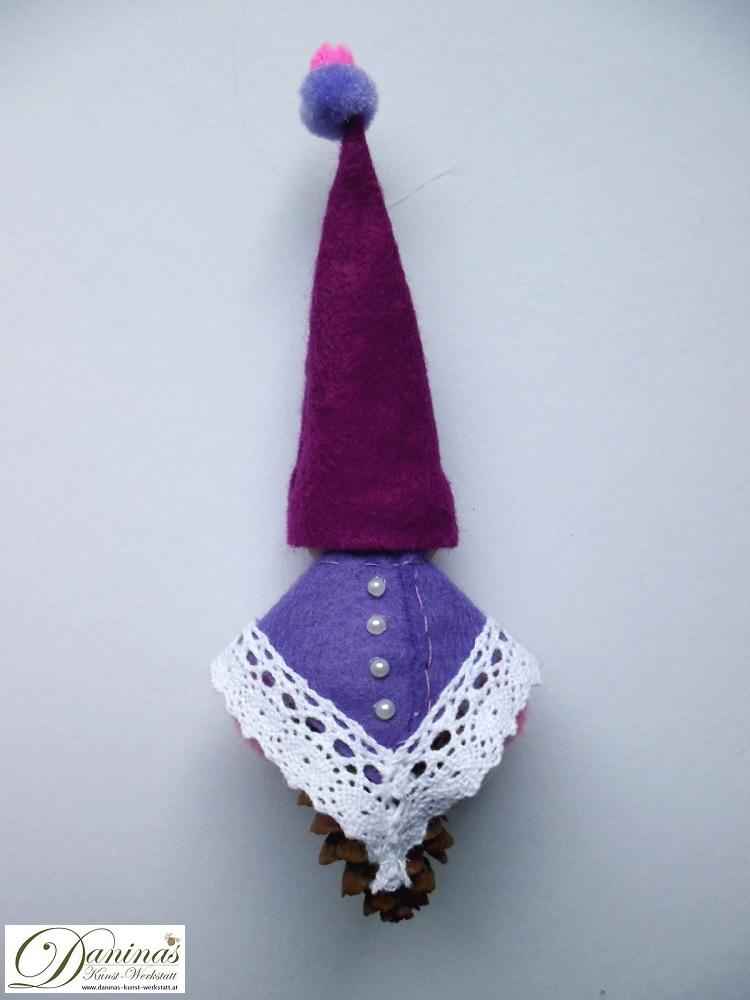 Zauberfee Fräulein Abendstern, Rückseite. Handgefertigte Figur aus Lärchenzapfen, mit violetter Zipfelmütze und lila Mantel aus Filz mit Spitzenbordüre und Zierperlendeko