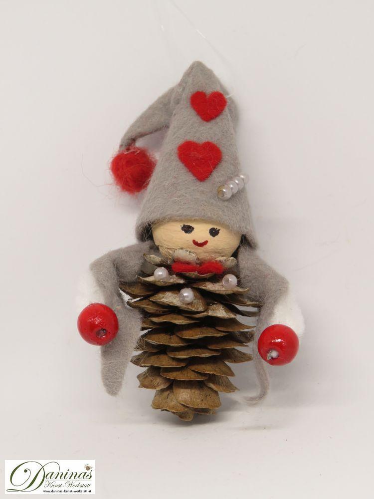 Wichtel Treuherz. Handgemachte Figur aus Lärchenzapfen, graue Filz Jacke und Mütze mit roten Herzen und einem roten Bommel.