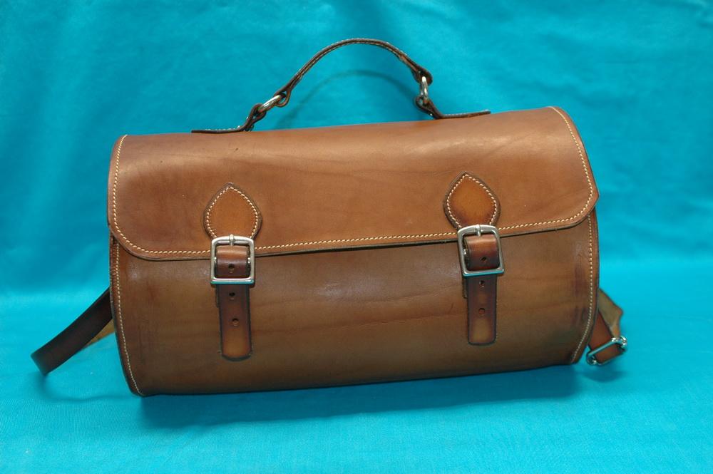 Mittelgroße Reisetasche mit Handgriff, Trageriemen und Edelstahlschnallen auch in schwarz erhältlich.