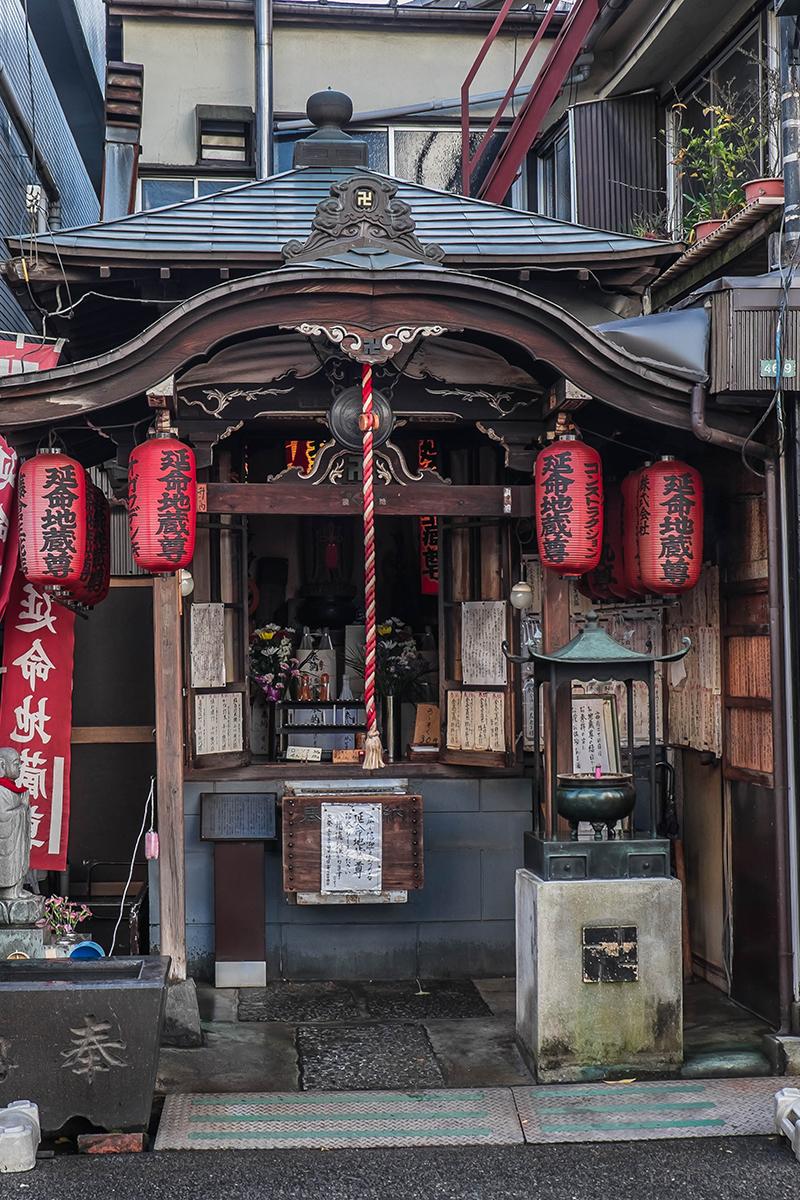 Petit temple dans une rue de Yanaka