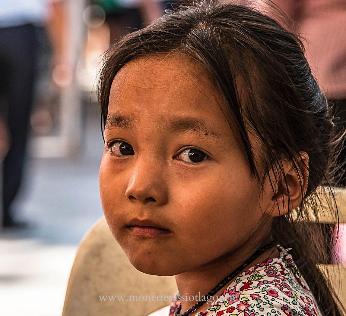 Fillette dans la cour d'un temple où dansaient d'autres fillettes de son âge, sans doute plus riches qu'elle...