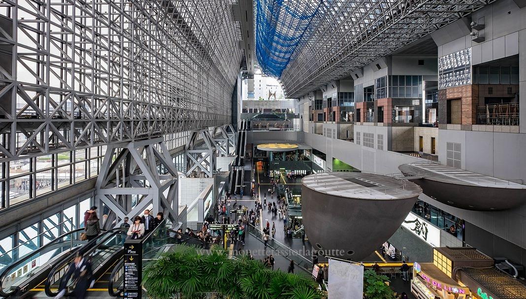 Le hall de la gare centrale de Kyoto,