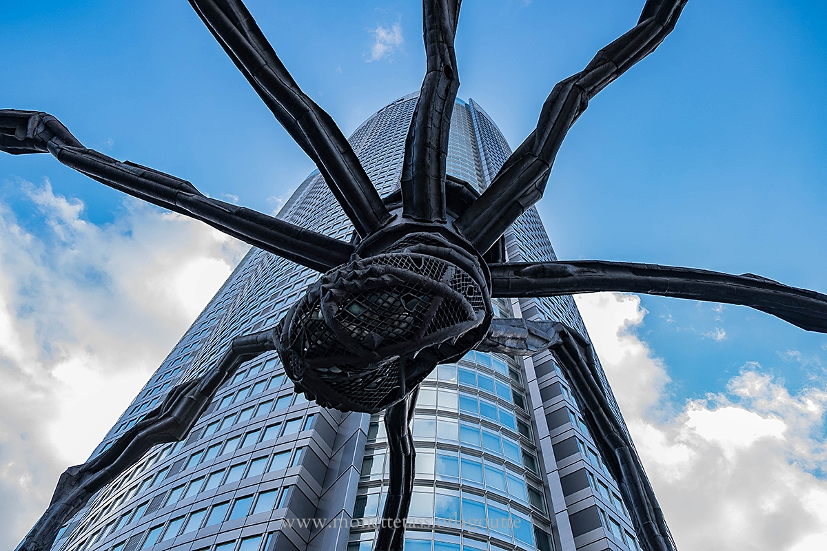 Tokyo , araignée géante de Louise Bourgeois devant la Mori Tower, tour en acier
