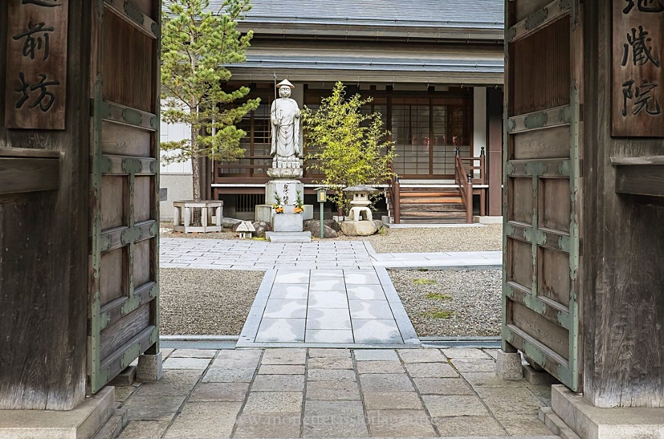 A Koyasan entrée d'un monastère