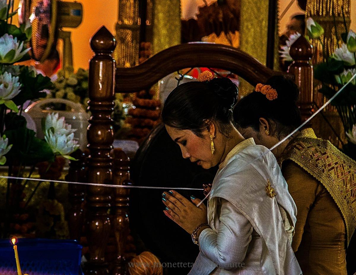 Wat That Luang lors de la prise d'habit de moine du fils de cette femme. Le ruban blanc symbolise la relation de la famille au futur moine.